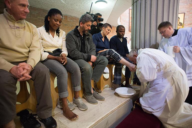 Papa Francesco cambia il rito Lavanda dei piedi