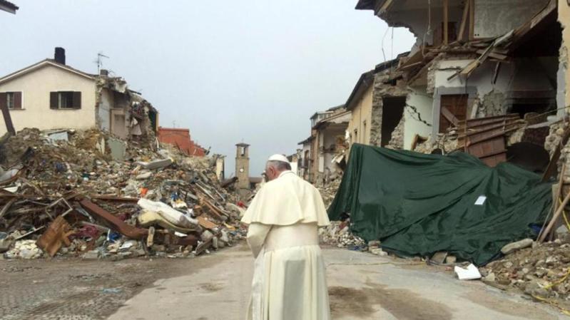 Papa Francesco in zona rossa ad Amatrice.jpg