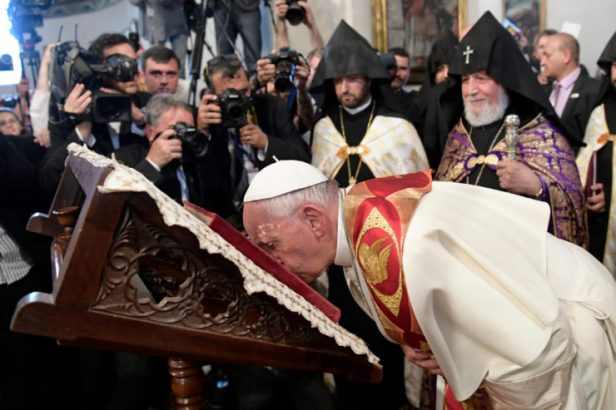 Il Papa prega a Yerevan