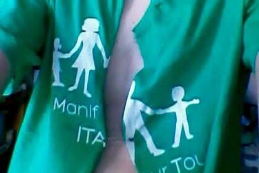 T-shirt per la famiglia, scatta la polemica