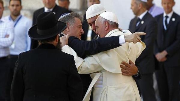 El abrazo del Papa, Skorka y Abdud